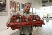 Sběratel Lubomír Stehlík, autor výstavy, má doma 2,5 tuny plechové stavebnice.