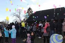 Vypouštění balonků přání na jarmarku v Mnichově Hradišti