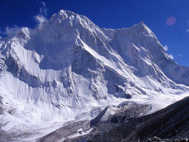 Vlevo je vrchol hory Kalanka, vpravo vrchol hory Changabang.