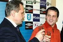 Prezident FK Mladá Boleslav Josef Dufek (vlevo) si naposledy přiťukl šampaňským s Markem Matějovským (vpravo), který z Boleslavi přestoupil do Anglie.