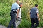 Na místo neštěstí policisté přivezli i starostu Chotětova Ladislava Šiftu, aby se ženu pokusil identifikovat.
