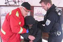 Bezdomovec na zastávce vypadal jak mrtvý. Nereagoval na podněty kolemjdoucích. Nakonec skončil v nemocnici.