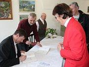 V mladoboleslavské galerii Pod Věží se včera odpoledne uskutečnila autogramiáda knihy Klaudián.