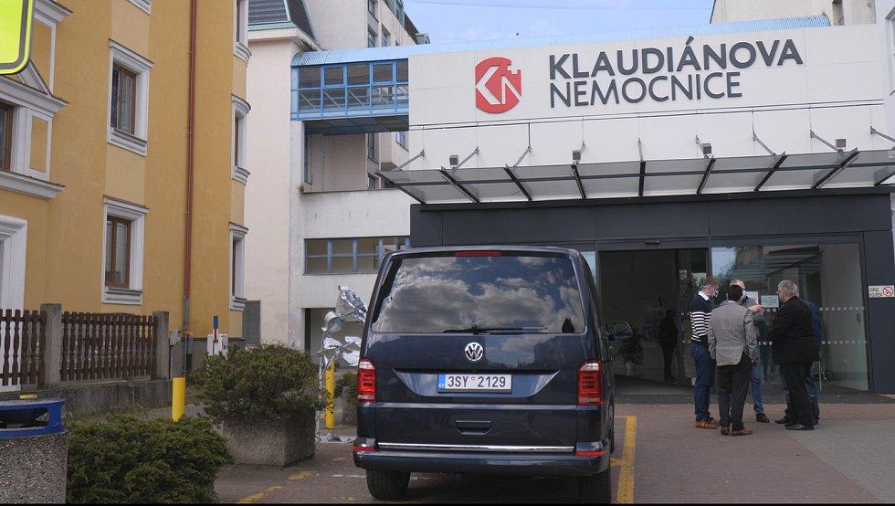 Předávání respirátorů v Klaudiánově nemocnici