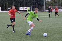 Mnichovohradišťský Pavel Prokorát (v zeleném) si kryje míč před Zdeňkem Jemelíkem.