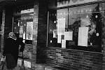Listopadové události roku 1989 jsou typické i svými plakáty a výzvami. Na fotografii jsou vidět plakáty na výlohách prodejny potravin Pramen na Masarykově náměstí