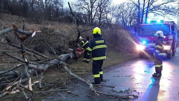 Silný vítr ve středních Čechách zaměstnal hasiče i energetiky.