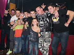 Neshodný díl s mladými fanoušky, které muzika na Kropáčova Vrutice Festu přivedla do totálního varu.