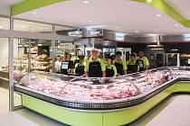 Baxant Řeznictví sousedí s Merhautovým pekařstvím.