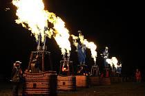 Balonové hemžení tradičně vyvrcholilo zábavným odpolednem v Bělé s ohnivou show.