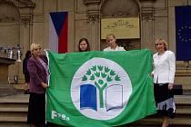 Zleva: Ředitelka školy Květa Srbková, žákyně Tereza Míčová, Martina Hrubá a koordinátorka Ivana Řípová.