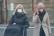 Lidé s respirátory v ulicích Mladé Boleslavi.