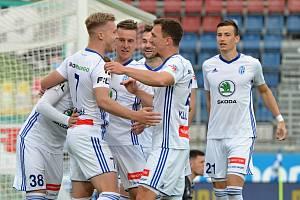 Fotbalisté Mladé Boleslavi slaví jeden ze tří gólů v síti Olomouce.