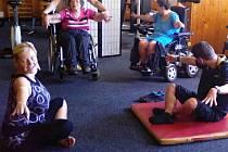 V PÉČI PRO TEBE s klienty také cvičí. Pomáhá jim to zlepšit zdravotní stav.