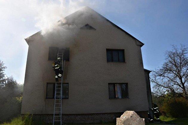 Požár rodinného domu v Benátkách napáchal škodu za 700 tisíc