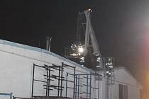 Požár střechy v areálu Motospolu v Kosmonosech