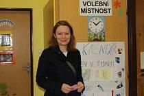 Katarzyna Szajda před volební místností ve Veselé