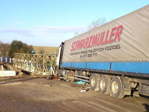 Havárie kamionu, která zavřela silnici z Boleslavi na Mělník