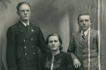 Poslední společná fotografie Kubištových. Vpravo Rostislav, vlevo Jeho bratr Jaroslav s maminkou.