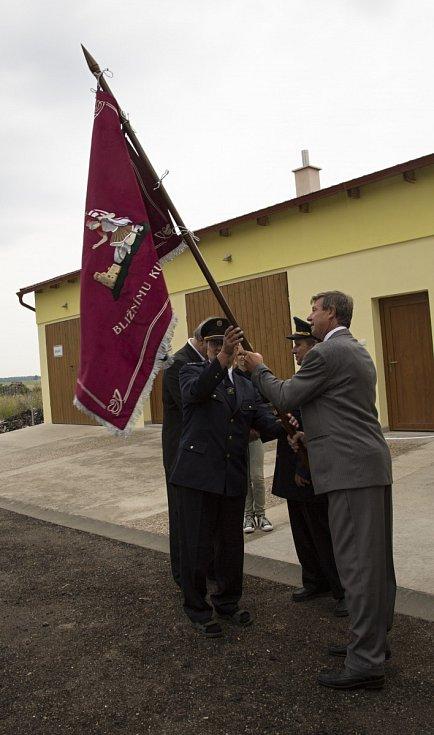 Hasiči dostali novou zástavu a byla jim předána zrekonstruovaná zbrojnice se zázemím.