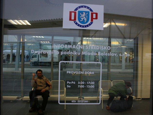 Nový autobusový terminál byl oficiálně otevřen. Ihned ho začaly využívat tisíce cestujících. Je zde 29 krytých odjezdových stání.