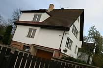 Muž zastřelil svoji manželku v tomto domě v Beznu na Mladoboleslavsku. Pak zabil i sám sebe. Včera ještě na šňůře za domem viselo vyprané prádlo. Neštěstí přišlo opravdu nečekaně. Lidé netuší, co muže k hrůznému činu vedlo. Manželé měli tři dcery.