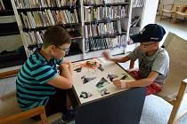 Městská knihovna Mladá Boleslav se ve středu odpoledne proměnila na malé bojiště.