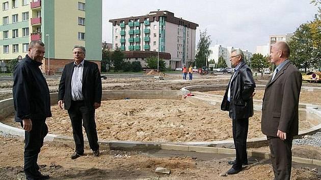Primátor Raduan Nwelati (ODS) na stavbě parkoviště v ulici u Penzionu.