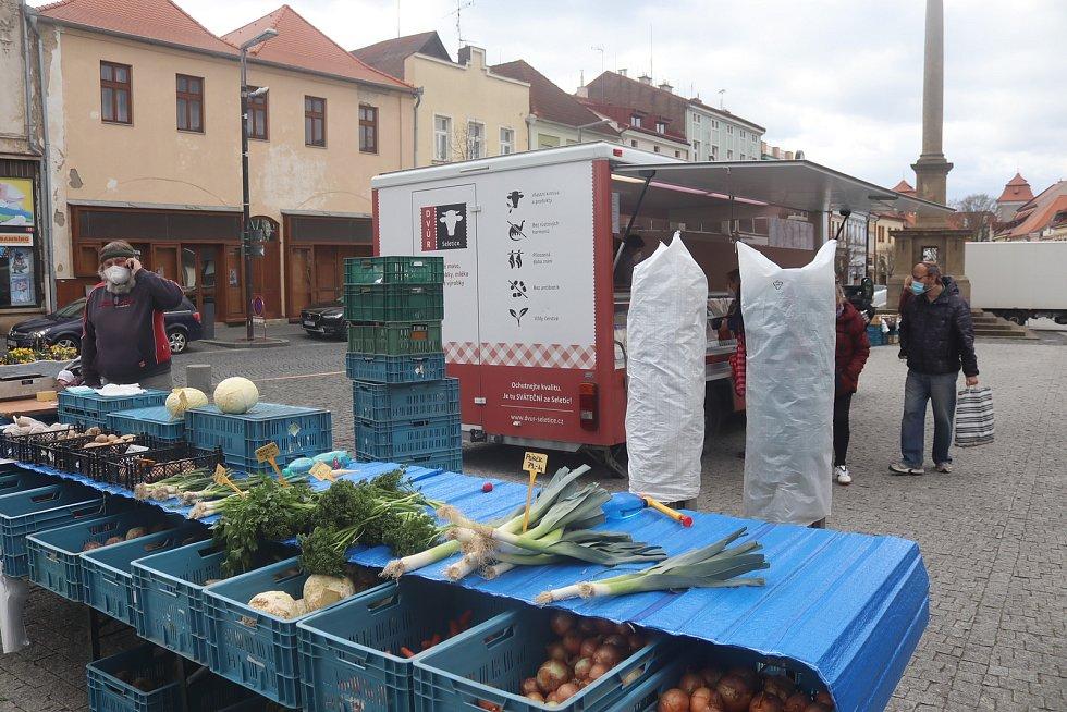 Z farmářských trhů v Mladé Boleslavi 23. dubna 2021.