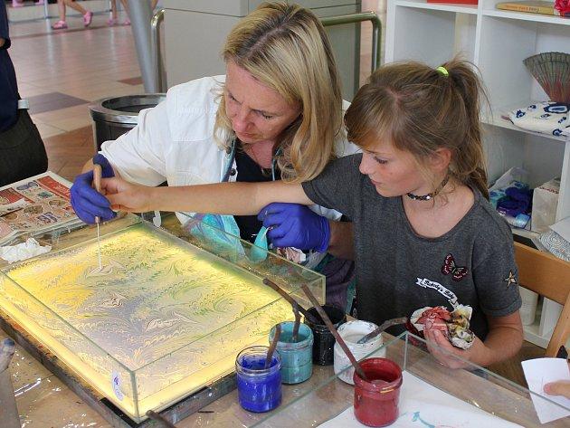Vyzkoušet si malování na vodní hladinu pod vedením zkušené lektorky mohli v sobotu návštěvníci obchodního centra na Jičínské ulici.