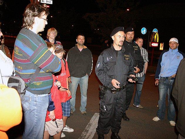 Naštvaní fanoušci čekají o půlnoci na svá auta zamčená v podzemní garáži Kauflandu.