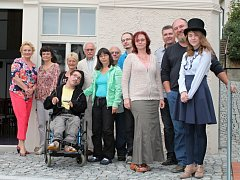 Na závěr milého setkání se ti, kteří příliš nespěchali domů, vyfotografovali s Reginou Rázlovou i Václavem Knopem.