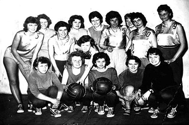 Basketbalové družstvo žen z roku 1957. Zleva stojící: Buriánková, Wildmanová, Tomášková, Zemanková, Konývková, Paulů, Holubová, Znellerová, Skřivánková, Klávorová. Dolní řada zleva: Kubásková, Křepelková, Jégrová, Odnohová, Fuková.