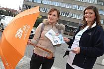 Dragon Internet a.s. rozdával v ulicích Mladé Boleslavi reklamní deštníky a poskytoval informace o rychlém internetu 25 mb/s.