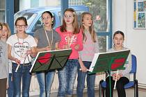 Základní škola z Dalovic zpívala v Klaudiánově nemocnici