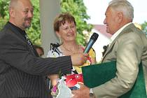 Ředitel MKZ Bělá Petr Matoušek (vlevo) a starostka Bělé Daniela Pastorková předávají Křišťálovou pečet Jaroslavu Dvořákovi za celoživotní přínost ve spolkové činnosti zahrádkářů.