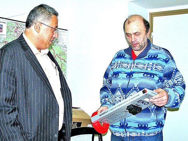 Primátor Mladé Boleslavi Raduan Nwelati (vlevo) se setkal s prvním zájemcem o projekt třídění odpadu Karlem Doležalem