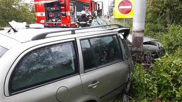 Řidič v Mladé Boleslavi narazil do sloupu. Skončil v péči záchranářů