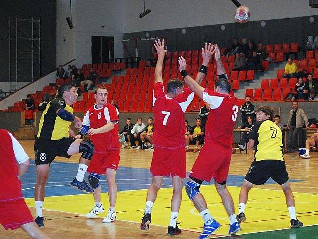 Hráč HC Auto Škody v žlutočerném s číslem 8 Adam Homolka při zblokovaném střeleckém pokusu.