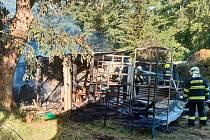 Z požáru chaty ve Vlkavě 20. června 2021.