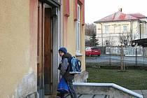 Učitelé kontrolují, kdo vchází do školy, úplně je zavřít ale nelze
