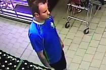POLICIE hledá tohoto svědka, který mohl vidět, jak pachatel krade ženě v obchodě peněženku.