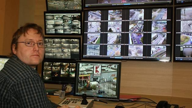 Operátor má na starosti 42 strategicky umístěných kamer a další systémy dohlížející na parkovací domy.