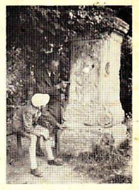 Zubem času ohlodaná fotografie 'smírčího kříže' je jediným dokladem jeho původní podoby. Nemá náhodou někdo ze čtenářů kvalitnější obrázek? Na snímku je zachycen sám jeho autor, pan Stanislav Pelant starší, a jeho syn, který vzácnou fotografii poskytl.