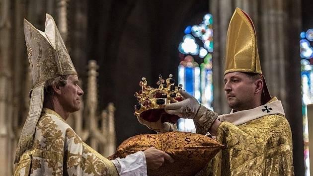 Jiří Bartoš Šturc bere Svatováclavskou korunu, aby jí posadil na hlavu Karla IV.