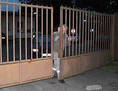 Areál v Jezové hlídali policisté. Dovnitř se nikdo nedostal