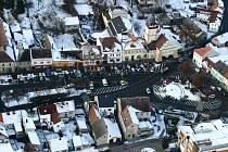 Letecký pohled na Palackého náměstí v Dobrovici. Na jaře 2010 jej nepoznáte.