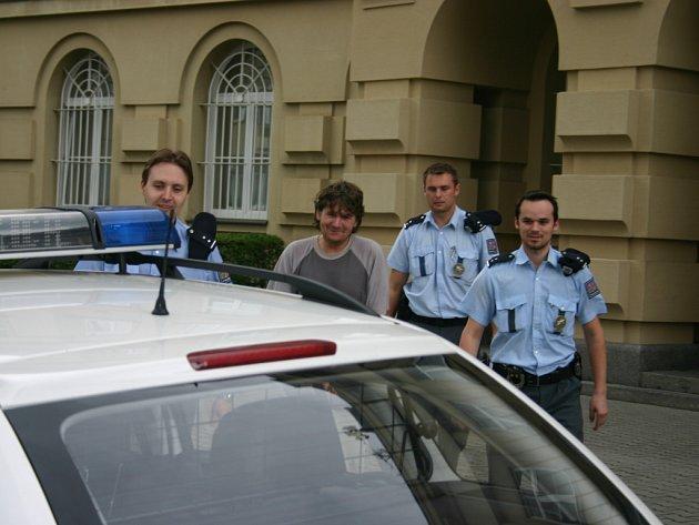 Policisté odvážejí obviněného Reného Červeně od boleslavského soudu do vazby.