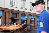 Na třídě V. Klementa se zřítil z domu kus střechy. Dopravu zde řídila městská policie.