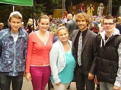Patrik Šimůnek (vpravo) s hercem Filipem Tomsou (po jeho pravé ruce) a kamarády